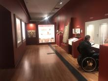 Contenidos expositivos dentro de la zona de alcance de silla de ruedas